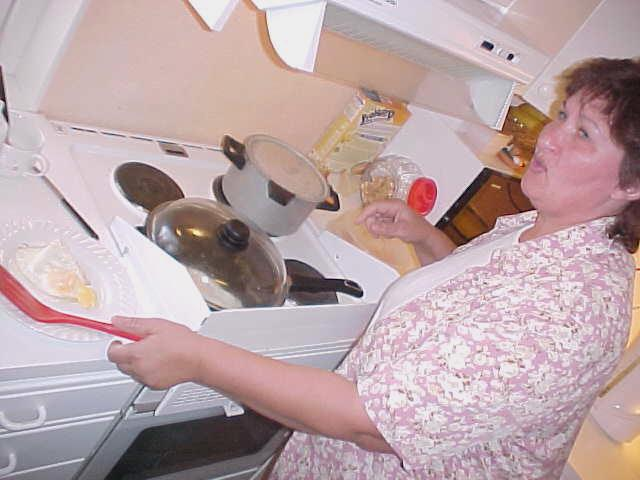 Annelizes mother is frying eggs for me, for late late breakfast.