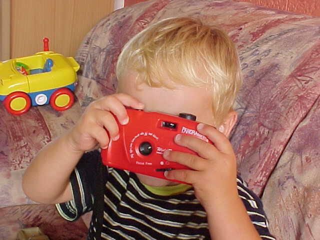 My older brother Etienne lives just a few blocks down the road. Of course I visited him and his wife Rianne too. And I was happy to see my little cousins again. Here you see Kevin, who wants to become a world traveller too and already practices with his first photocamera.