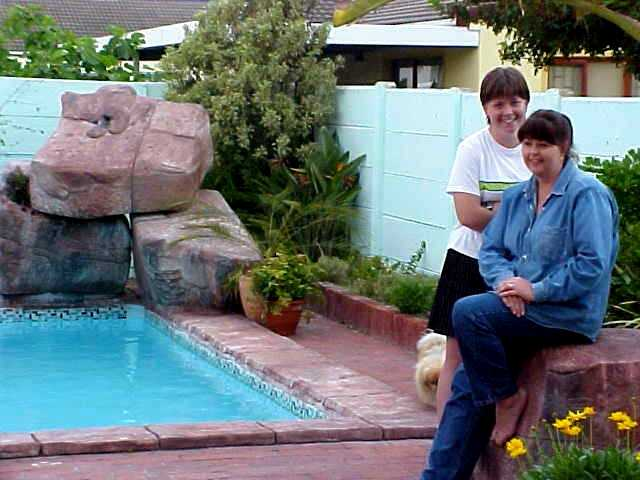 Mother Rosie and daughter Cherise showed me their home. They had a lovely garden and I just love swimmingpools. But why is it not that hot anymore?
