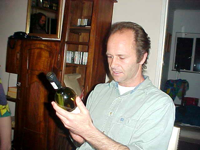 - Mmm, but that is a great white wine, says Michael, happy with the gift from the Croucher family in Welgemoed.