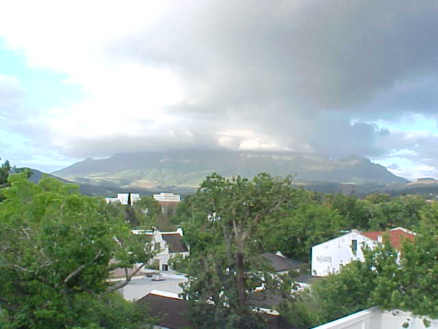 And right on the other side the mountain north of Stellenbosch was covered in clouds. - That means it is going to rain soon, said Michael.