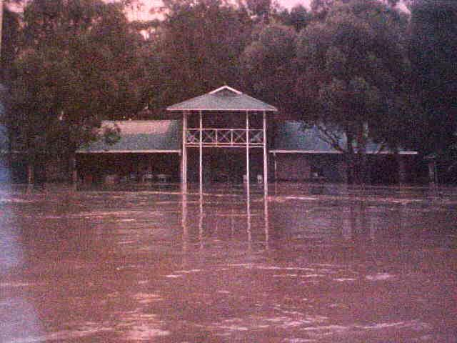 Sara showed me photos from their photoalbum. This one was from a few years a go, when the Stanford river flooded and the complete house was... well - you see.