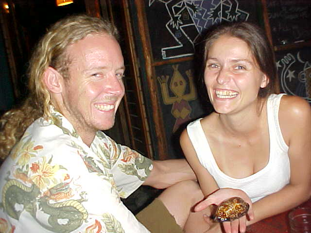 Only one picture today as all my disks were full. Here Greg and Erika just received their letmestayforaday-gift from Dillon in Mpande: a real rare shell, found on the beach in Mpande. Finding a shell like this in South Africa mostly brings luck!