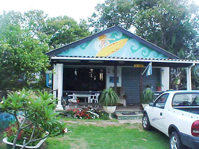 Photos of the place I am staying today: the Margate Backpackers in Margate. Here you see the main meeting place of this shack, the former garage now is a livingroom with a bar, pooltable and digital sattelite television.