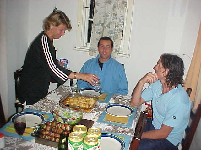Ulrika, French Pacomi and the Briton Brandon at dinner.