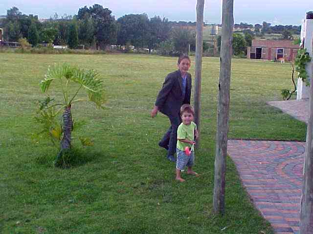 Around 6pm the family Lopes was complete. Here you see Dyllan and little Kevin playing outside.