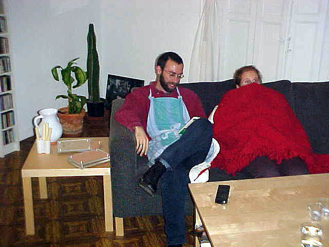 When it was getting later and later in a darkening afternoon and Juan was preparing part of tonights dinner party (as you can see), Anna hid under a blanket. Yes, sometimes it was rather chilly in the house.