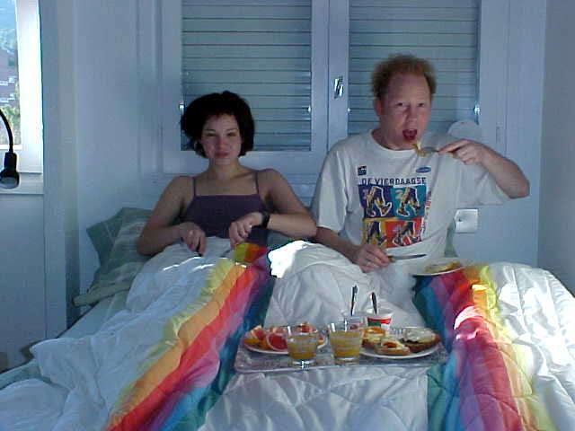 Gerben prepared Mirjam and himself some breakfast in bed. And the sun is about to go down again. What a life...