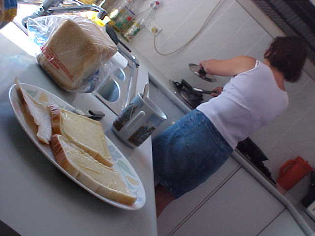 Ellen prepares bacon with eggs for me on bread with mayonaise.... hehe, the Dutch way!