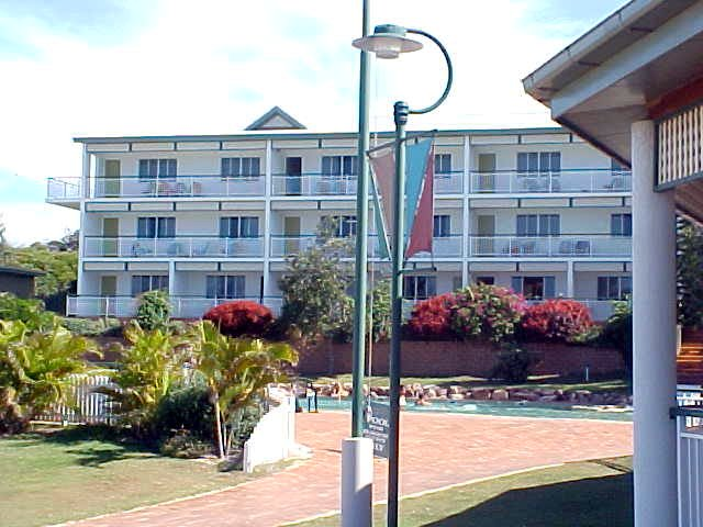 The apartmentblocks at the resort, with the swimmingpool in front of it.