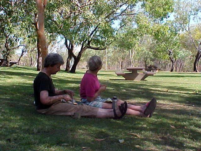 We had lunch at this park at the Victoria River, where the British ladies from Melbourne liked to eat their lunch with knifes and forkes on plates in the nice shade. I just went Aussie style and ate with my bare hands while enjoying the sun.