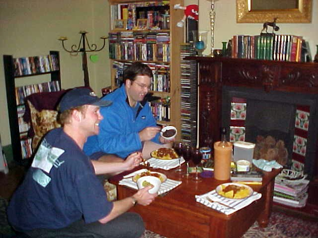 After a few beers Darren, Virginia and I got back to their home, where we had dorito chips with cheese and different sauces for dinner.