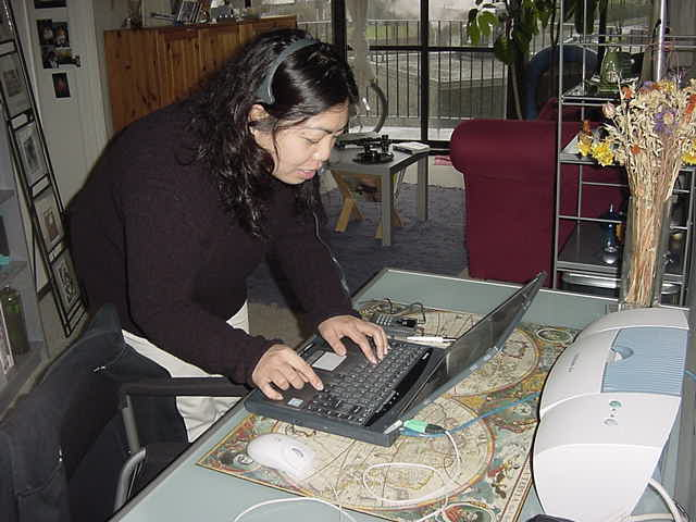 Gail welcomed me to her apartment and immediately helped me out to connect my laptop to her ADSL-connection. Gail works at home and had to finish stuff... Just like I always have to finish more reports ;-)