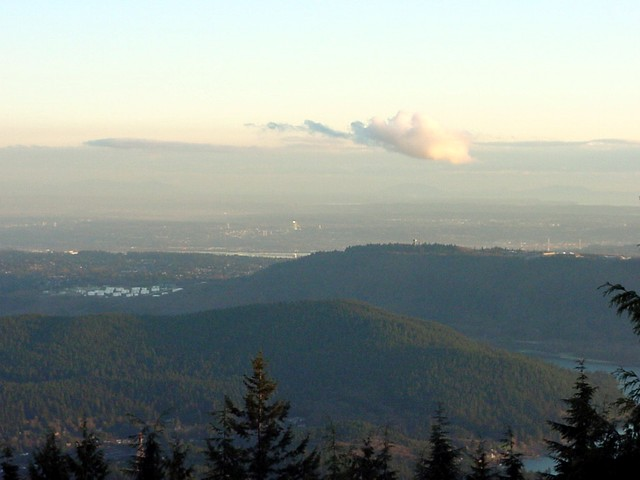 And on Seymour mountain, north east of Vancouver, I got great views again. This photograph covers Burnaby and Surrey. On top of that big hill the the University building that is used as the FBI Headquarters in the TV-series The X-Files.