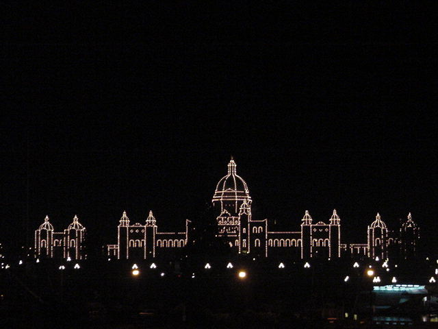 Going downtown, where I got this marvellous sight of the lit-up government building of Victoria!
