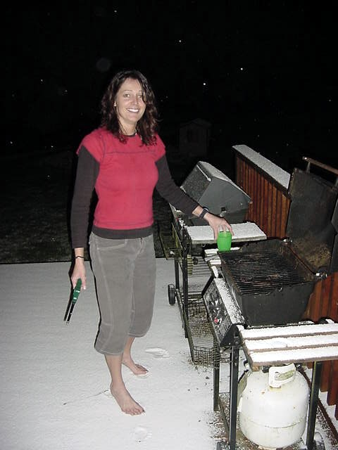 Kirsti does not seem to be bothered with walking barefeet on the snow while lighting up the barbeque... Crazy Dutch!