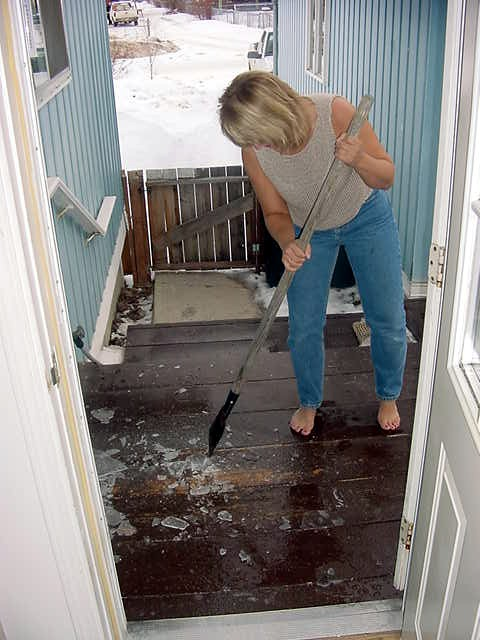 It is not very cold up here, but things do freeze. Like the melted snow that comes from the roof during the day, it freezes at night. Gwen removes the ice of the veranda.