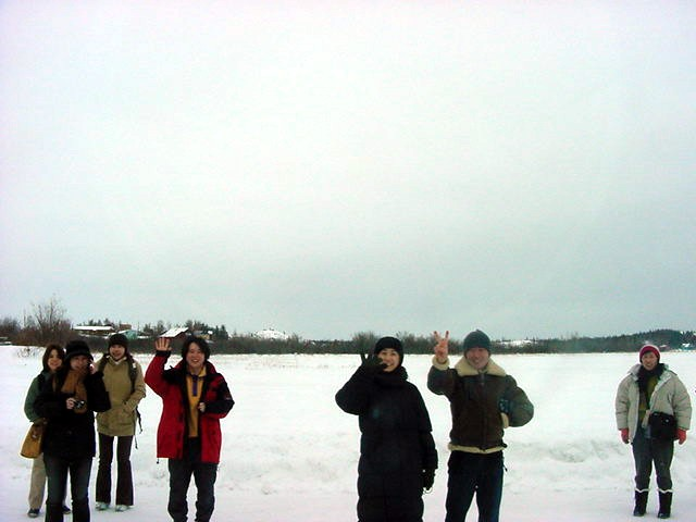 Did I already tell you that the Japanese tourist have special tours? A bus drive out of town, onto the ice, drops the tourists and let them wander around. It is called the WALK ON ICE!!!-tour...