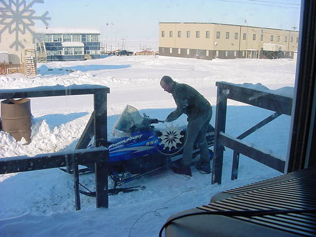 To get the skidoo ready to use after a cold cold night, it first has to warm up for 20 minutes... And of course I wanted to try that myself...