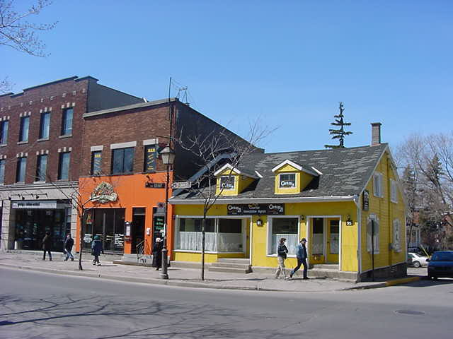 The yellow building used to be the house of justice for Longueuil.