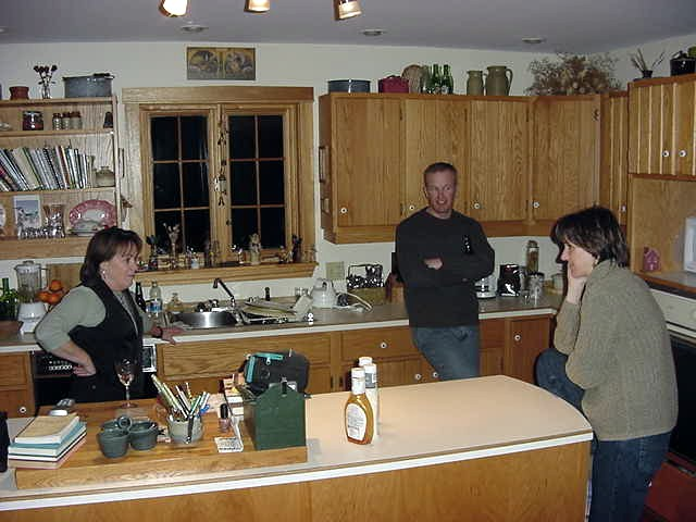 I took this photo to show you something. This happens so often in Canada. In stead of going to a living room area and sit down, people in Canada tend to just hang around in the kitchen after all the cleaning has been done. Drinking beer, chatting around, and etcetera. I find this really interesting.