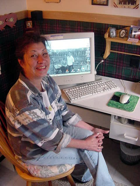 Leslie can be found on the internet quite a lot. To stay in contact with her well-travelled daughter and to play games.