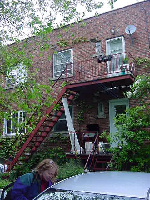 And then to her house. Here you see the back of the complex she lives in. Glenda lives on the top floor.