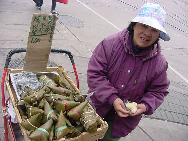 At another street corner I saw two ladies selling tson-zi. It was sticky rice with pork or beans wrapped in banana leafs (Chinese have that to celebrate the dragon boat festival annually). That was pretty belly filling stuff! By the way, when I pulled out my camera one of the ladies started to run away fast.