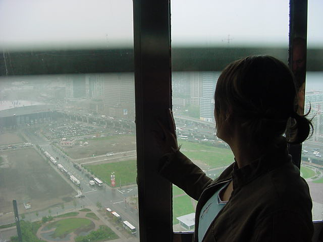 An elevator took us up to the whateverth floor. As the elevator shooshed up we could look through the glass wall of de side of the tower. Our destination: 342 meters in the Toronto sky.