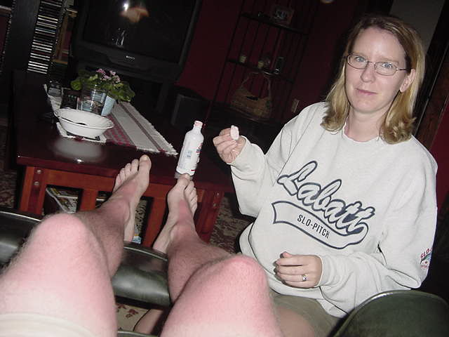 While watching a movie this evening, the pain almost became unbearable... Fortunately Laura had some creme to comfort the flamed skin.