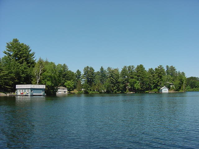 This area is called the Lake of Bays, a natural landscape of forests, rocks, lakes and wetlands.