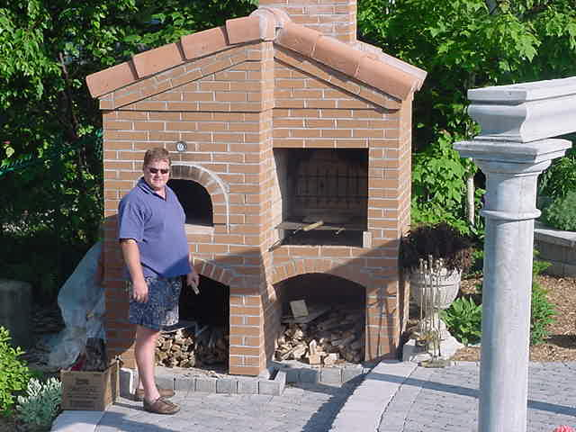 During their trip along the south of Europe, my hosts once saw a pizza oven next to a swimming pool. And as soon as they got the idea of building a Roman styled pool in their back yard, it had to have this pizza oven next to it.