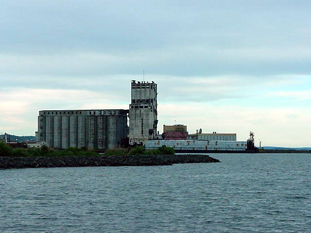 In the 1990s the economics of the grain trade changed in favour of Canadas Pacific ports and Thunder Bay suffers accordingly. The grain elevators that dominate the harbour front are literally rotting away as you can see.