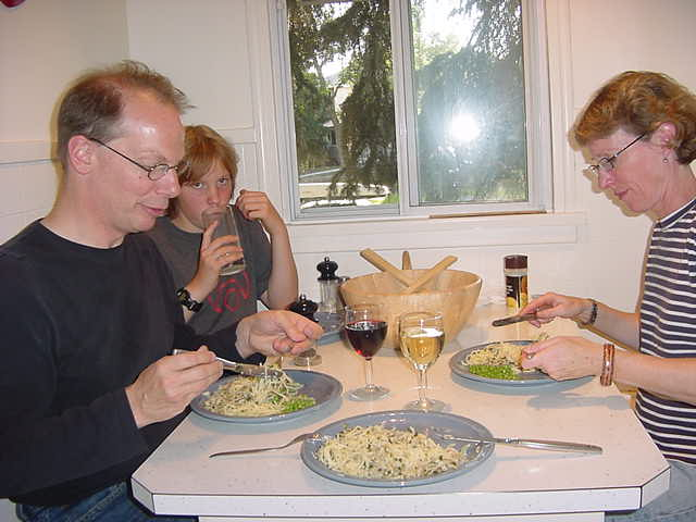 We cramped together in the small kitchen corner for dinner, eating spaghetti with scallops (a combination that tasted actually very good, as anybody would be used to some tomato sauce or something like that with spaghetti). Sylvia, tell me: what<#k#>'s the recipe?