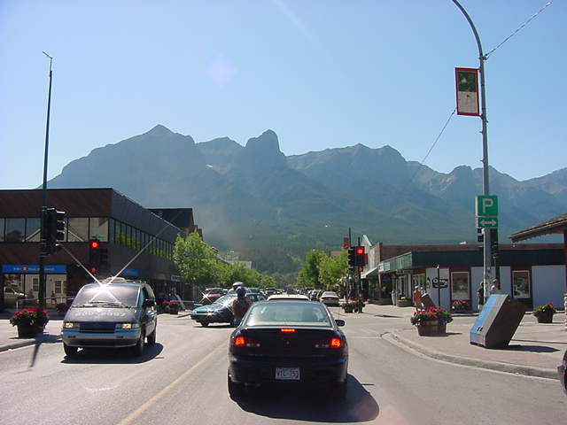 We drove all the way to peaceful Canmore, the first town in the Rockies, surrounded by the first row of mountains that have were heaved up here only a few millions years ago.
