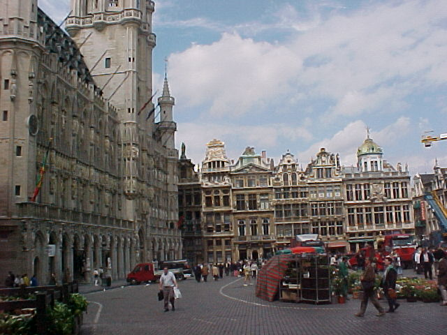 The same square again, with along the left side the BIG City Hall of Brussels... The construction dates all have an average of the year 1700...