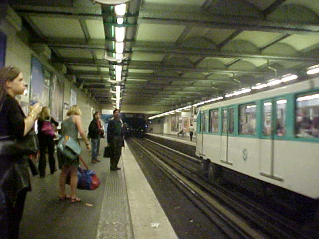 I just knew you always wanted to see how the Paris subway looks like...