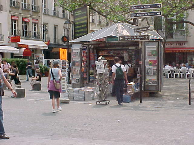 The newspaperbooths like this one you will see them everywhere. Just look at the piles of magazines in front of it...