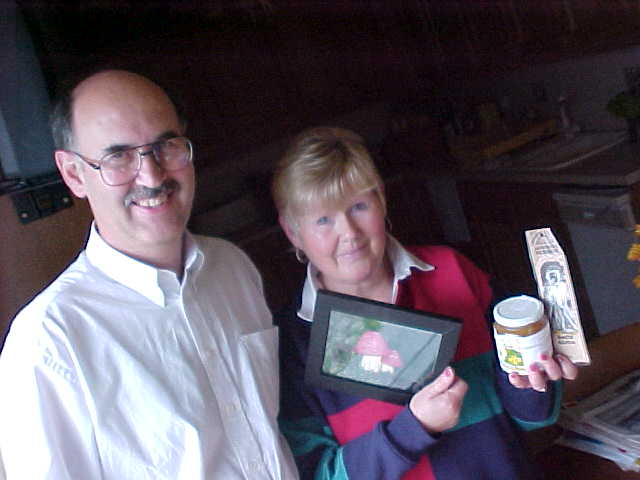 Peter & Sylvia Beaumont with the gifts they got from Mark in Edingburgh: a funny picture in a frame, Italian honey and a self made African bookmark! That is something different!