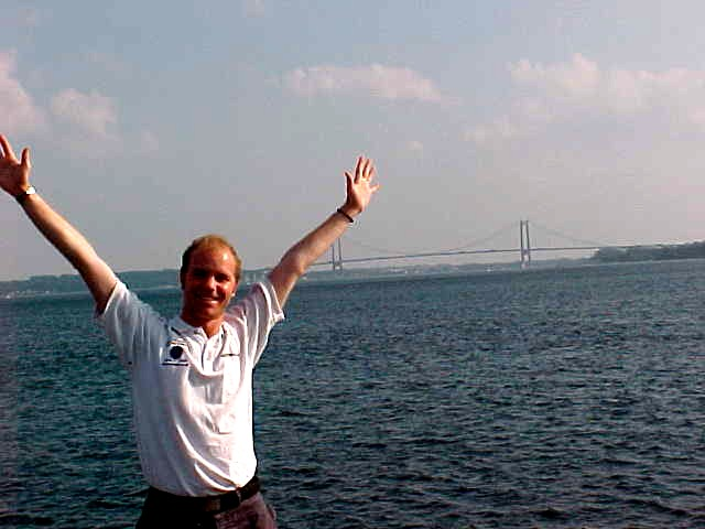Here I am standing at the harbour, with the haning bridge on the background.