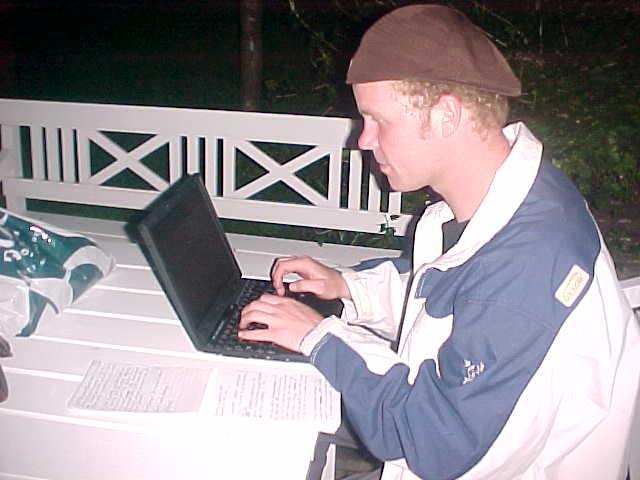 After the spaghetti dinner (no picture of that, the press was visiting over at that time - see tomorrow), we got to Marit's boyfriends apartment. As he forgot his keys at Marits place, I just sat down in his garden with Marit and started writing my report on his laptop!
