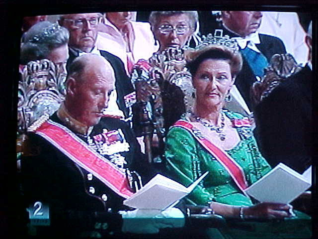 As it was to insane to go into the city, it was soo overcrowded, we watched the Royal Wedding on television. Here you see King Harald with Queen Sonja at the wedding ceremony.