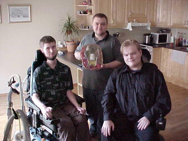 John Alrid (left), assistent Geir and Nikolai (right) with their Letmestayforaday-gift from Erik Berstad: a basket with wine and wineglasses plus a little egg-like candle.